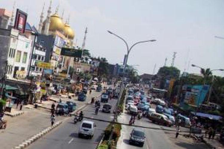 Jalan Margonda Raya, Depok, Jawa Barat, Rabu (9/10/2013). Jalan utama di kota ini tidak memiliki ruang hijau. Kondisi diperparah dengan kemacetan lalu lintas yang sering terjadi.