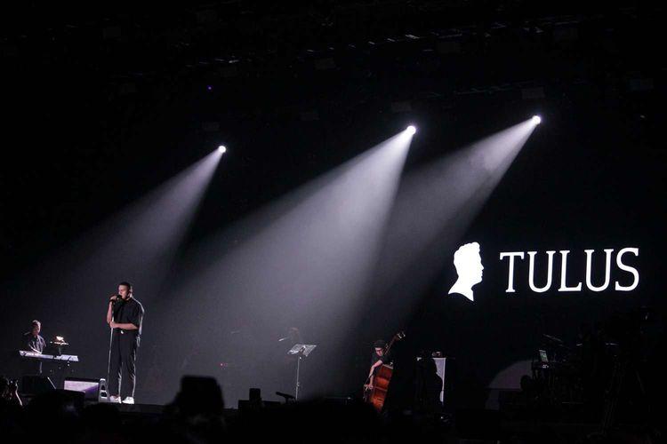 Tulus tampil di Java Jazz Festival 2020 yang digelar di JIExpo, Kemayoran, Jakarta Pusat, Minggu(1/3/2020) Tulus membawakan lagu Monokrom,Labirin,Ruang Sendiri.
