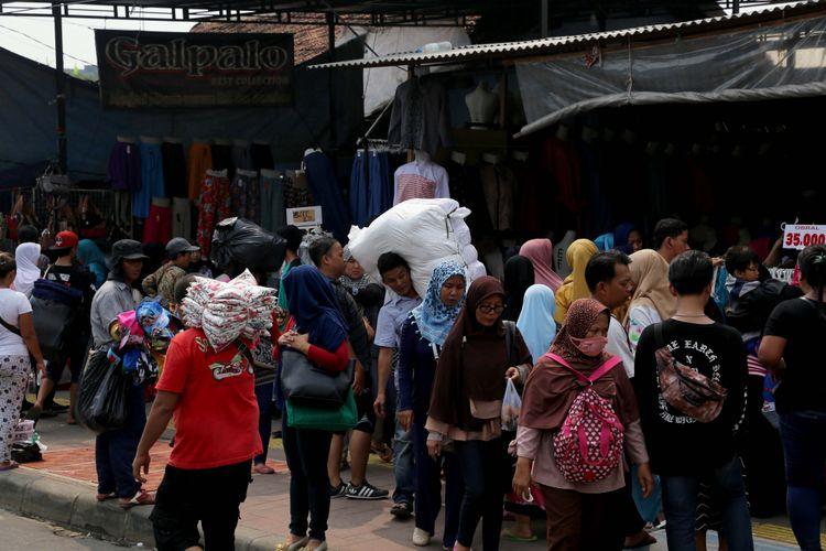 Suasana pedagang kaki lima (PKL) berjualan di sepanjang trotoar di kawasan Pasar Tanah Abang, Jakarta, Rabu (17/5/2017). Penertiban dilakukan setiap hari menyusul mulai banyaknya PKL yang berjualan di trotoar dan jalan kawasan Pasar Tanah Abang.