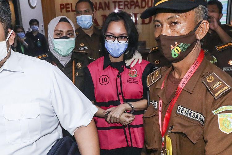Tersangka kasus suap pengurusan pengajuan fatwa bebas Mahkamah Agung (MA) untuk membebaskan Djoko Tjandra, Pinangki Sirna Malasari berjalan usai menjalani pemeriksaan di gedung Bundar, Kejaksaan Agung, Jakarta, Rabu (2/9/2020). Kejaksaan Agung dan Direktorat Tindak Pidana Korupsi (Dit Tipikor) Bareskrim Polri memeriksa Jaksa Pinangki Sirna Malasari terkait pengurusan pengajuan fatwa Mahkamah Agung (MA) untuk membebaskan Djoko Tjandra dari eksekusi Kejaksaan Agung atas kasus korupsi hak tagih Bank Bali. ANTARA FOTO/Galih Pradipta/foc.