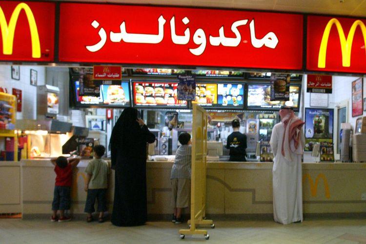 Gambar yang dirilis pada 11 Juli 2004 memperlihatkan adanya sekat antara pria dan wanita di restoran yang berada di Arab Saudi. Pekan ini, pemerintah Saudi mengumumkan pencabutan aturan memisahkan pria dan wanita di restoran.