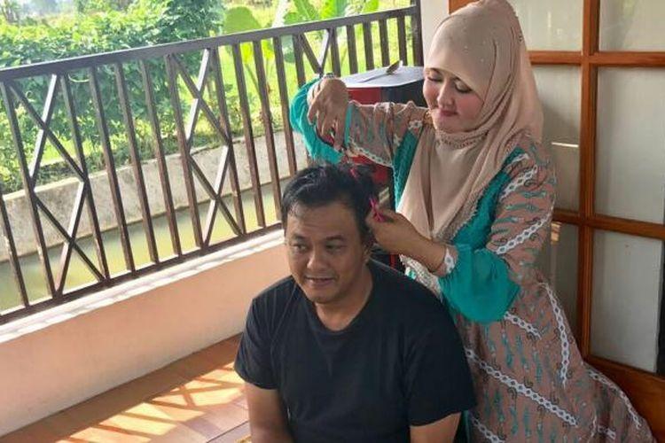 Calon Wali Kota Dicky Candra sedang dicukur rambut oleh istrinya sebelum berangkat ke TPS di Kota Tasikmalaya, Rabu (15/2/2017)