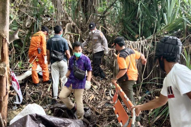 Basarnas Bali evakuasi korban bernama Andre Sibolga (30) di Pantai Kelingking, Nusa Penida, Bali, Selasa (22/12/2020).