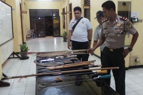 Puluhan Senjata Tajam Disita dalam Razia di Kebon Singkong dan Cipinang Jagal