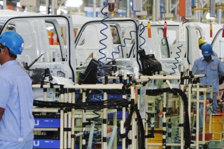 Pekerja merakit komponen mobil di pabrik baru Isuzu, di Karawang, Jawa Barat, Selasa (7/4/2015). Pabrik Isuzu Karawang Plant berlokasi di kawasan Suryacipta City of Industry ini memiliki kapasitas produksi 52 ribu unit per tahun dan dapat dikembangkan menjadi 80 ribu unit per tahun.