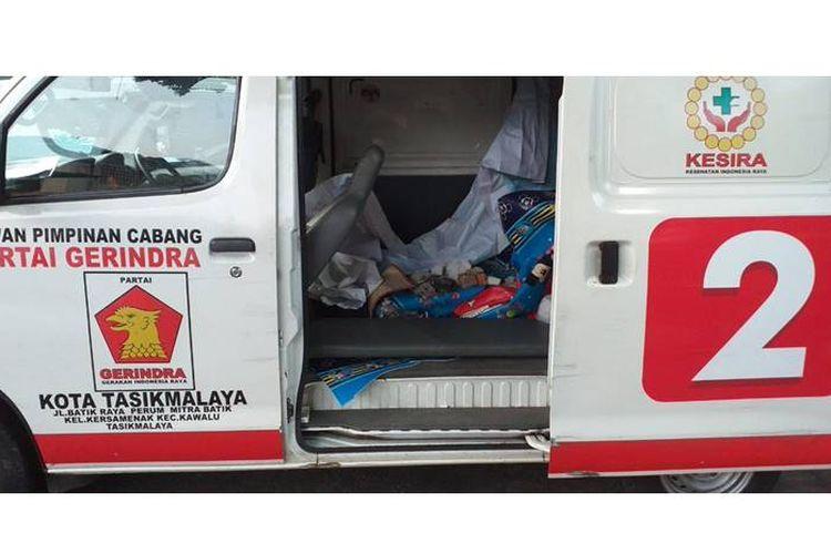 Sebuah ambulans berstiker partai yang membawa sejumlah batu ditemukan saat kerusuhan yang terjadi di Jakarta, Rabu (22/5/2019).