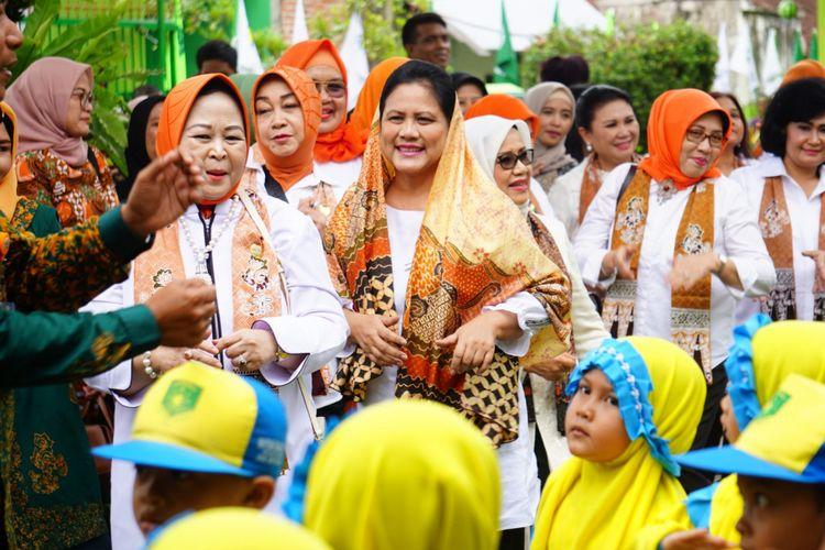 Ibu Iriana Jokowi Widodo saat senam bersama dengan siswa PAUD Muslimat Khadijah Rogojampi Banyuwangi Senin (28/1/2019)