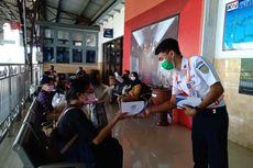 Cegah Penyebaran Corona, PT KAI Daop 5 Bagikan 9.000 Masker kepada Penumpang KA