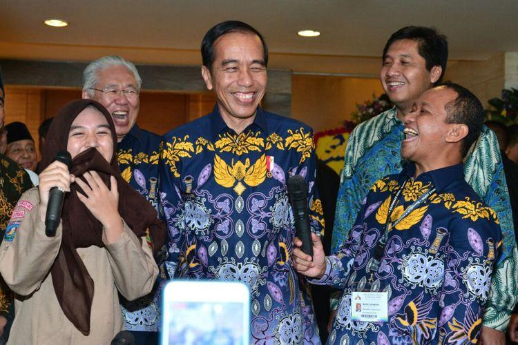 Presiden Joko Widodo menyempatkan diri berbincang dengan siswi SMK usai menghadiri acara HIPMI di Tangerang, Banten, Rabu (7/3/2018).