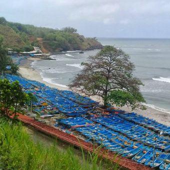 Ratusan perahu nelayan diparkirkan di sepanjang pantai Cilacap, Jawa Tengah, Selasa (26/9/2017). Para nelayan memilih tidak melaut karena gelombang tinggi dan cuaca buruk yang terjadi sejak Senin (25/9/2017) kemarin.