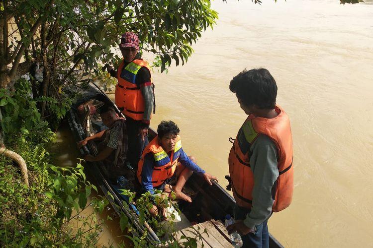 Tumenggung Celitai dibantu masyarakat dan Tim SAR saat mencari Nyilat yang tenggelam di Sungai Batanghari