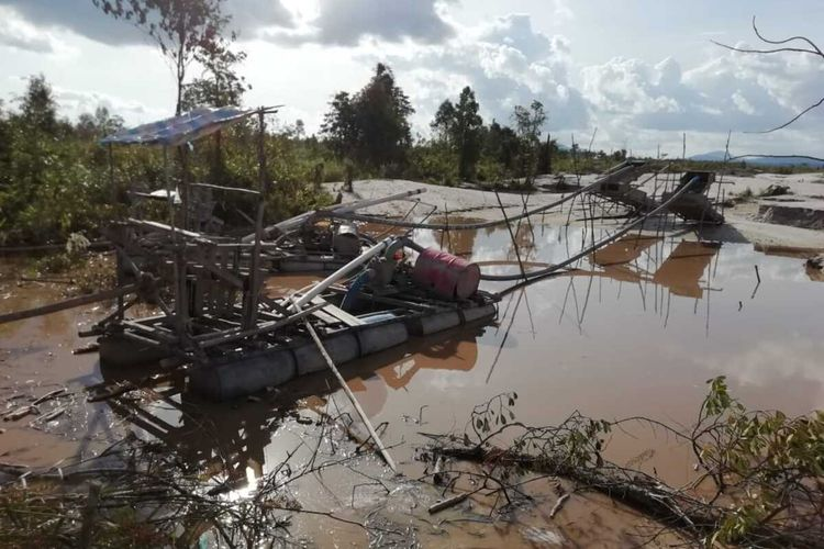 Direktorat Jenderal Penegakkan Hukum (Gakkum) Kementerian Lingkungan Hidup dan Kehutanan (KLHK) bersama tim aparat gabungan menghentikan penambangan ilegal di Cagar Alam (CA) Mandor, Kecamatan Mandor, Kabupaten Landak, Provinsi Kalimantan Barat.