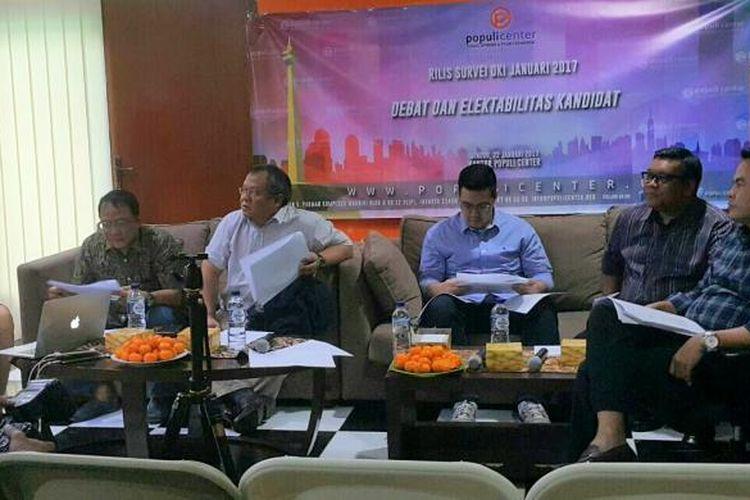 Populi Center merilis survei terbaru terkait Pilkada DKI Jakarta 2017 pasca-debat pertama cagub-cawagub DKI Jakarta di Kantor Populi Center, Jalan Letjen S Parman, Jakarta Barat, Minggu (22/1/2017).