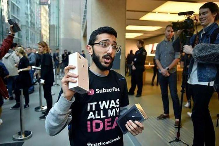 Mazen Kourouche, pembeli pertama iPhone 8 di Sydney, Australia.