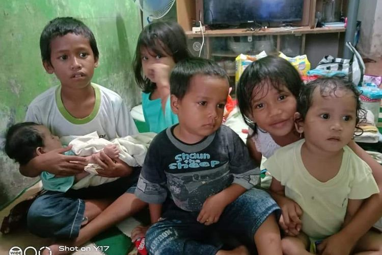 Enam bocah yatim piatu yang ditinggalkan ayah dan ibu meninggal dunia di hari yang sama, di RT 20 Kelurahan Sepinggan Raya, Kota Balikpapan, Kalimantan Timur, Minggu (23/2/2020).