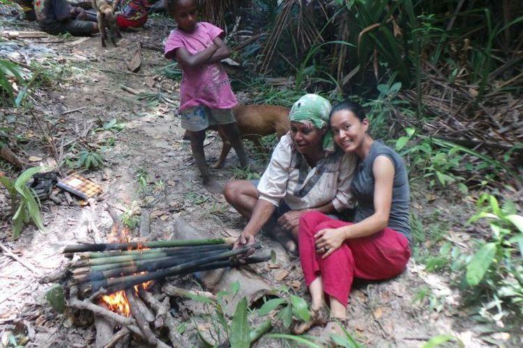 Dr Sophie Chao (kanan) meneliti kehidupan suku Marind-Anim di Merauke selama tiga tahun. Disertasi S3-nya mengenai dampak perkebunan sawit bagi kehidupan suku tersebut berhasil meraih penghargaan tesis terbaik 2019 di Australia dalam bidang kajian Asian Studies.