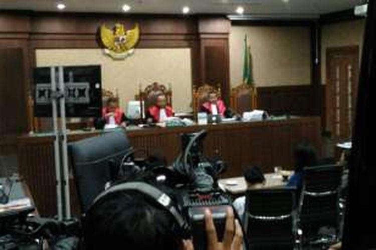 Pegawai kafe Olivier memberikan kesaksian dalam sidang Jessica Kumala Wongso di Pengadilan Negeri Jakarta Pusat, Rabu (27/7/2016).