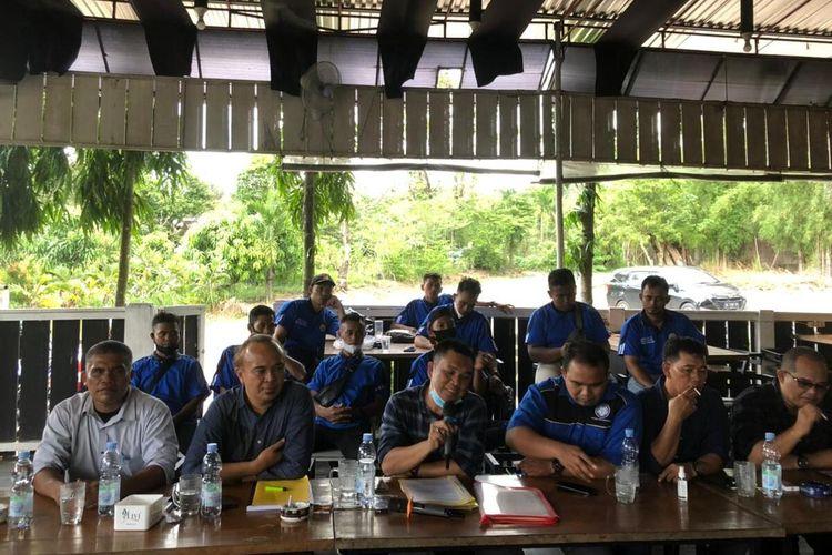 Para pekerja pabrik PT Belitang Panen Raya saat menggelar konfrensi pers terkait PHK sepihak yang dilakukan perusahaan, Senin (14/06/2021).