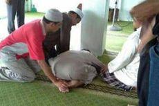 Pria Ini Meninggal dengan Duduk Bersila di Masjid
