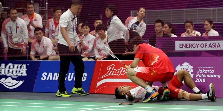 Pemain bulu tangkis tunggal putra Indonesia, Anthony Sinisuka Ginting cedera saat bertanding melawan pemain tunggal putra China Shi Yuqi pada pertandingan final beregu putra Asian Games 2018 di Istora Senayan, Jakarta, Rabu (22/8/2018).