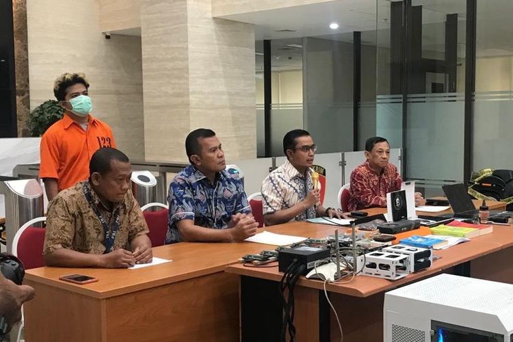 Kepala Subdit II Direktorat Tindak Pidana Siber Bareskrim Polri, Kombes Rickynaldo Chairul (batik biru) saat konferensi pers di Gedung Bareskrim Polri, Jakarta Selatan, Jumat (25/10/2019).