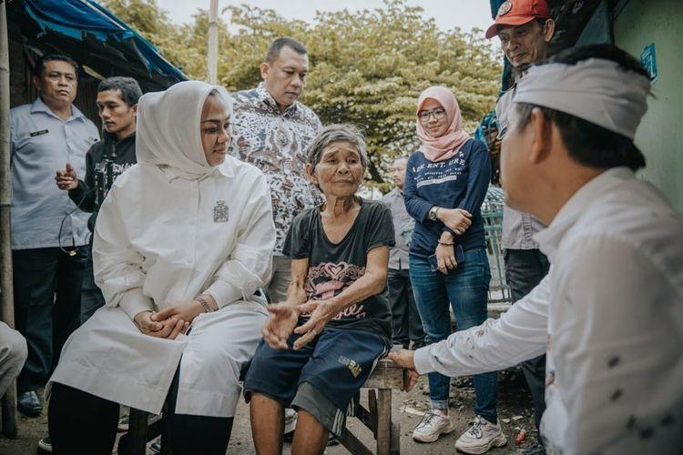 Bupati Karawang Cellica Nurrachadiana, Ketua DPRD Karawang Pendi Anwar dan Wakil Ketua DPR RI Dedi Mulyadi saat mengunjungi, Cawi, isteri mantan veteran yang tinggal di bekas kandang ayam.