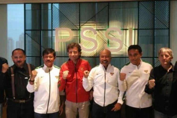 Pelatih Indonesia U-23, Luis Milla (tengah) bersama Indra Sjfari (tiga dari kiri) dan Fakhri Husaini (empat dari kanan) saat diperkenalkan di Kantor PSSI, Kuningan, Jakarta, Kamis (9/2/2017).