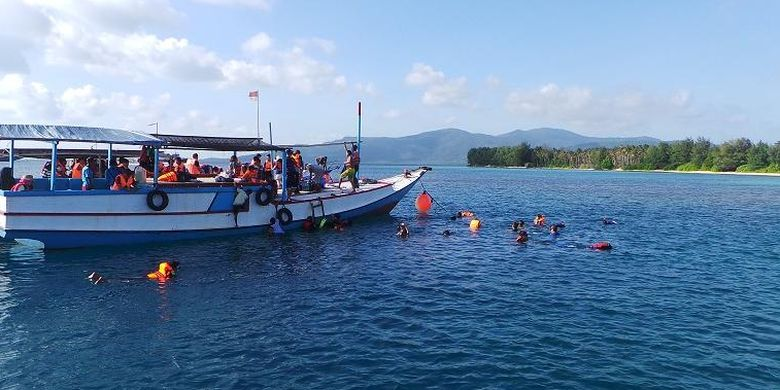 Para wisatawan menikmati Laut Karimunjawa dengan melakukan snorkeling saat mengikuti paket wisata Lets Go Karimun Jawa dari PT Pelni ke Karimunjawa, Jepara, Jawa Tengah, Sabtu (18/7/2015). Snorkeling adalah salah satu atraksi yang dapat dilakukan oleh wisatawan saat berkunjung ke Karimunjawa.