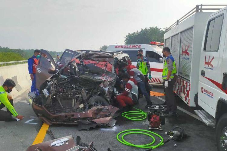 Petugas kepolisian lalu lintas Polres Bengkalis melakukan olah TKP pada kecelakaan lalu lintas di jalan tol Pekanbaru-Dumai di Kabupaten Bengkalis, Riau, Kamis (20/5/2021).