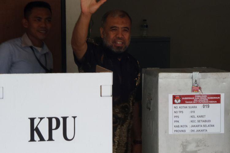 Mantan Hakim Konstitusi, Patrialis Akbar, menggunakan hak pilih dalam Pilkada DKI di Rutan Gedung KPK Jakarta, Rabu (19/4/2017).