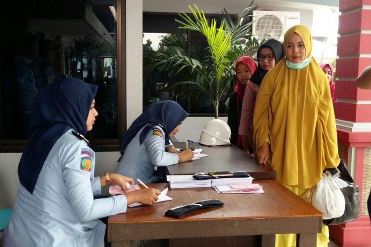 Petugas melakukan pemeriksaan terhadap sejumlah pengunjung secara manual pascapenembakan Lapas Pekanbaru, Riau, Senin (9/7/2018).