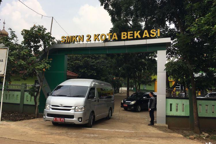 Wali Kota Bekasi Rahmat Effendi melakukan sidak ke SMKN 2 Kota Bekasi berkaitan pada Senin (10/7/2017) kemarin beberapa warga sekitar demo perihal penerimaan siswa baru, pada Selasa (11/7/2017).