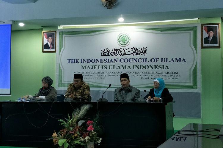 Konferensi pers MUI terhadap tayangan Ramadhan di MUI Pusat, kawasan Menteng, Jakarta Pusat, Rabu (29/5/2019). (dari kiri) terlihat para petinggi MUI, Elvi Hudhriyah, Masduki Baidlowi, Wasekjen MUI Amirsyan Tambunan, Rida Hesti Ratnasari, dan Cholil Nafis.