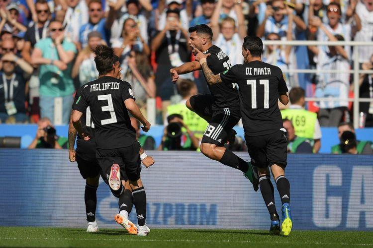 Sergio Aguerro (Tengah) merayakan golnya bersama pemain Argentina lain pada laga penyisihan grup D Piala Dunia 2018 di Otkrytiye Arena, Sabtu (16/6/2018).