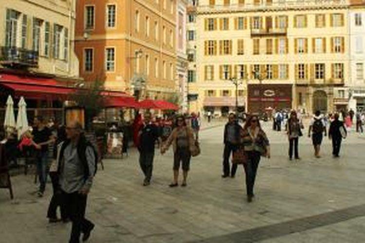 Pusat Kota Nice dengan bangunan warna-warni.
