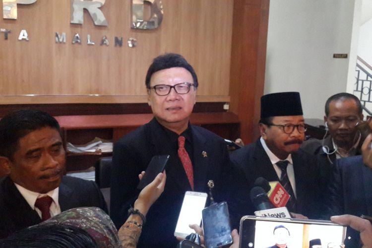 Menteri Dalam Negeri (Mendagri) Tjahjo Kumolo saat menghadiri pelantikan 40 anggota DPRD Kota Malang hasil PAW di gedung DPRD Kota Malang, Senin (10/9/2018)