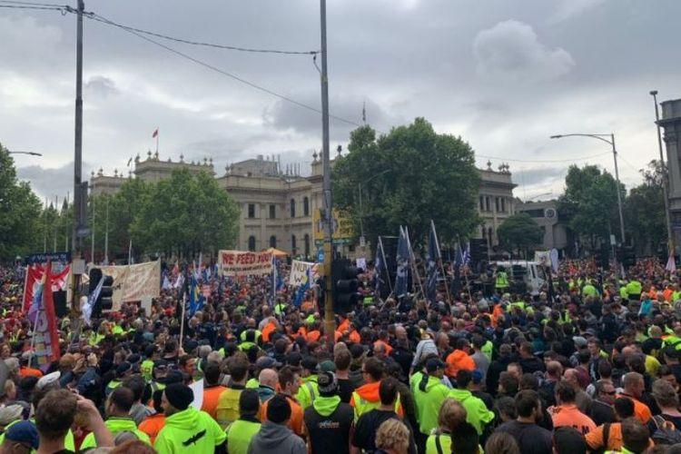 Sekitar 150 ribu orang dari berbagai elemen Serikat Buruh pada Selasa (23/10/2018) turun ke jalan di Kota Melbourne, Australia, menuntut kenaikan gaji. (ABC News/Nathan Stitt)