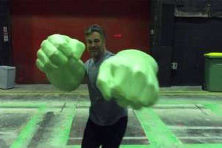 Aktor Mark Ruffalo memakai sepasang tangan raksasa Hulk, karakter yang ia perankan dalam film-film Marvel Universe.