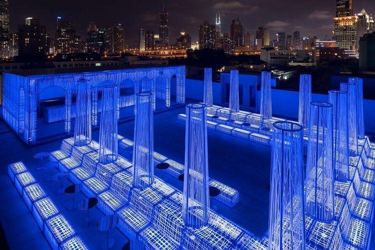 Desain futuristik ini terinspirasi dari reruntuhan arsitektur klasik yang hanya menyisakan tiang-tiang saja.