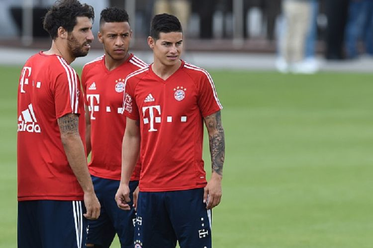Javi Martinez menemani dua pemain baru Bayern, Corentin Tolisso dan James Rodriguez, dalam latihan di markas Bayern, Kamis (13/7/2017).