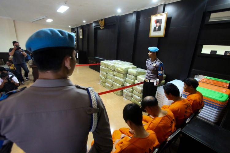 Empat tersangka pembawa narkoba jenis sabu dihadirkan pada press rilis di Kantor Dittipid Narkoba Bareskrim Polri, Cawang, Jakarta, Selasa (27/02/2018). Sebanyak 1,62 ton sabu disita dari kapal ikan berisi jaring ketam asal Taiwan dengan bendera Singapura KM 61870 MV Min Liang Yuyun yang ditangkap di perairan Riau pada Selasa, 20 Februari lalu.