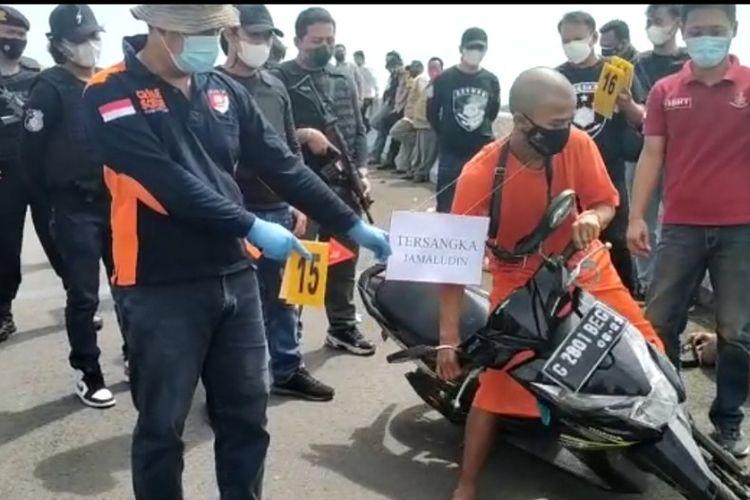 Polres Brebes menggelar rekonstruksi kasus pembunuhan driver ojol dengan menghadirkan langsung tersangka saat reka ulang di flyover Desa Kramatsampang Kecamatan Kersana, Kabupaten Brebes, Rabu (14/7/2021)