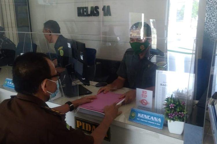 Pihak kejaksaan menyerahkan berkas perkara kasus Wakil Ketua DPRD Wasmad Edi Susilo ke Pengadilan Negeri Tegal, Senin 9 November 2020 lalu. (Foto: Humas PN Tegal)