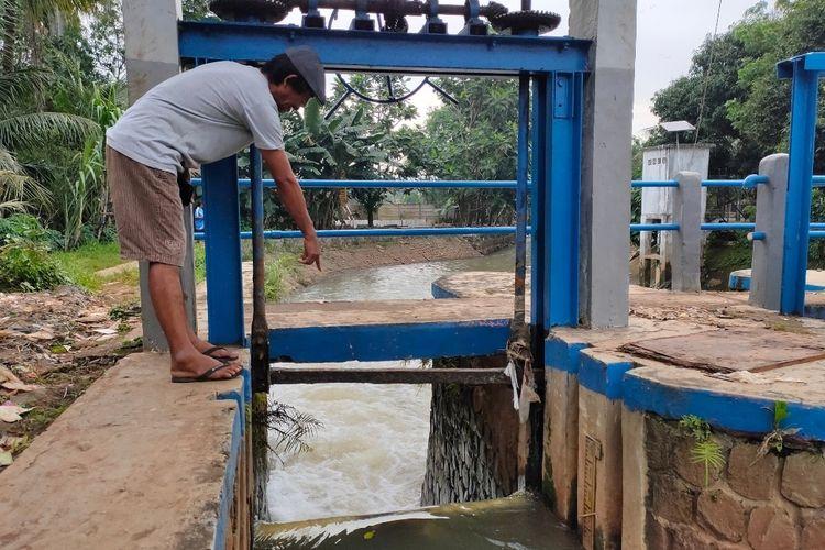 Pintu Air Bendung Ciputat di Kelurahan Sawah Lama, Ciputat Timur rusak dan tidak bisa dibuka, Selasa (23/2/2021).