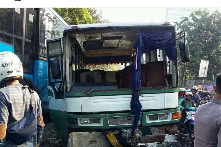Bus Kopaja tabrak separator busway di Jalan S. Parman, Slipi, Kecamatan Palmerah, Jakarta Barat, Minggu (7/7/2019).