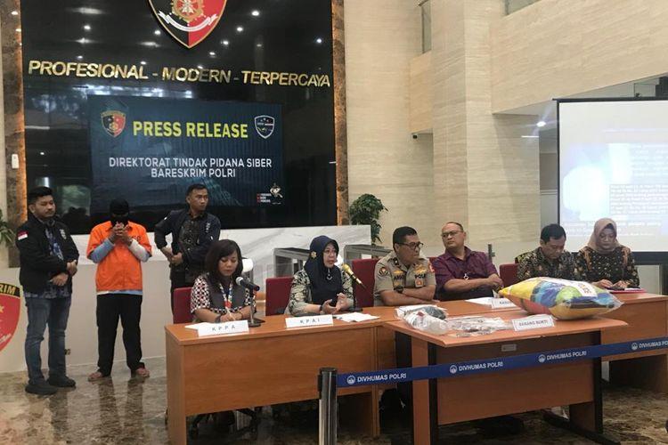 Kepala Biro Penerangan Masyarakat Divisi Humas Polri Brigjen (Pol) Argo Yuwono (duduk, keempat dari kanan) di Gedung Bareskrim, Jakarta Selatan, Jumat (21/2/2020).