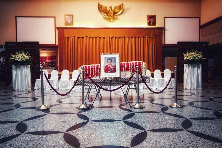 Mantan Ibu Negara Ani Yudhoyono disemayamkan di KBRI Singapura, Sabtu sore (1/6/2019). (Kompas.com/Ericssen)
