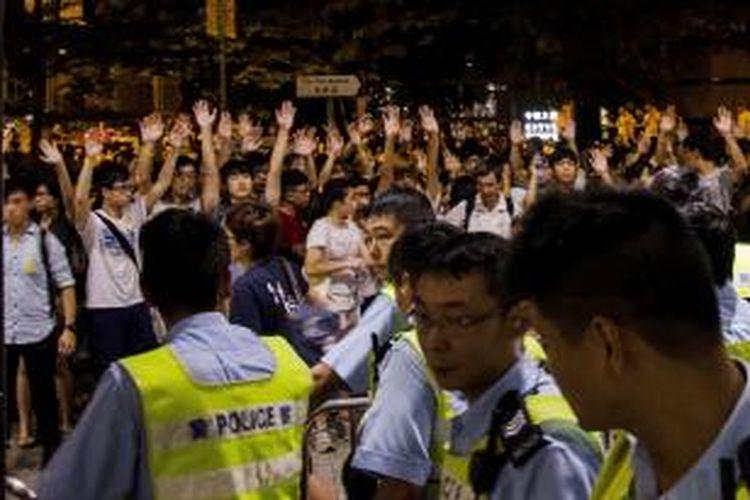 Para pelajar menggelar unjuk rasa di depan kantor pusat parlemen Hongkong, Jumat (26/9/2014), menentang penghapusan pemilu langsung untuk memilih penguasa wilayah otonomi khusus China ini.