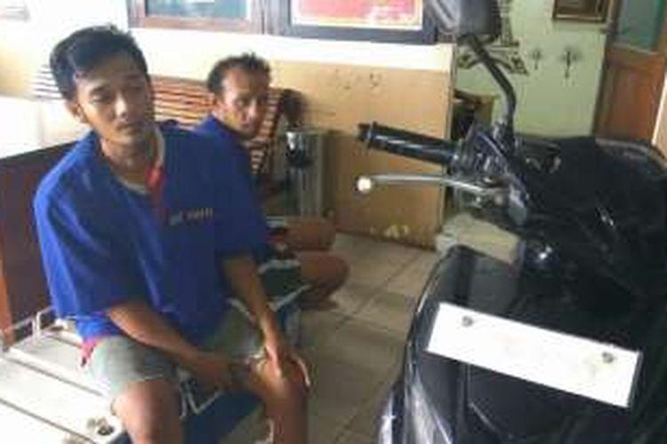 Pelaku pencurian baterai BTS Indosat, Hermansyah (kiri) dan Suwandi (kanan) beserta barang bukti saat diamankan di Mapolresta Pontianak (24/10/2016)