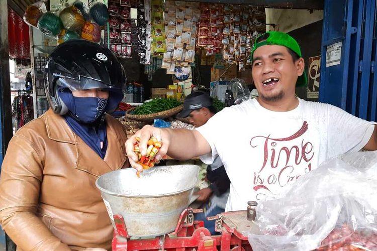 Harga cabai di beberapa pasar tradisional wilayah Kabupaten/Kota Tasikmalaya memgalami penurunan harga selama dua bulan terkahir, Jumat (27/8/2021).